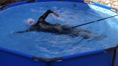 Photo of Ewa Komander pływa w ogrodowym basenie